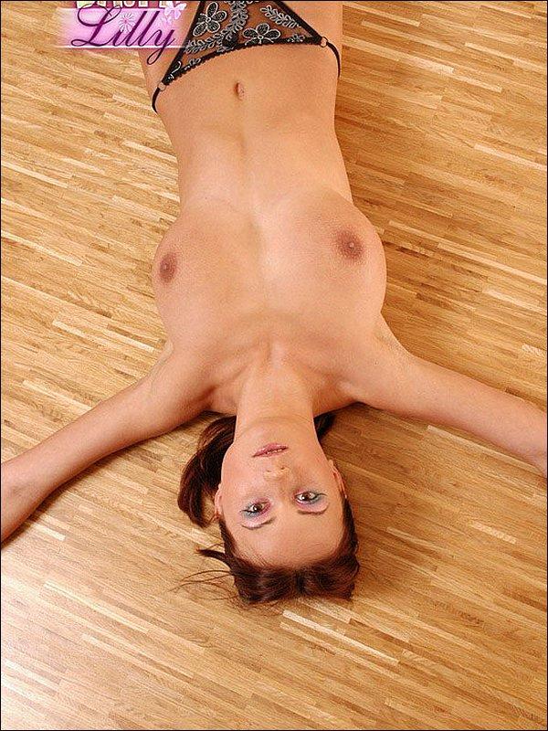 Polka pręży się na podłodze